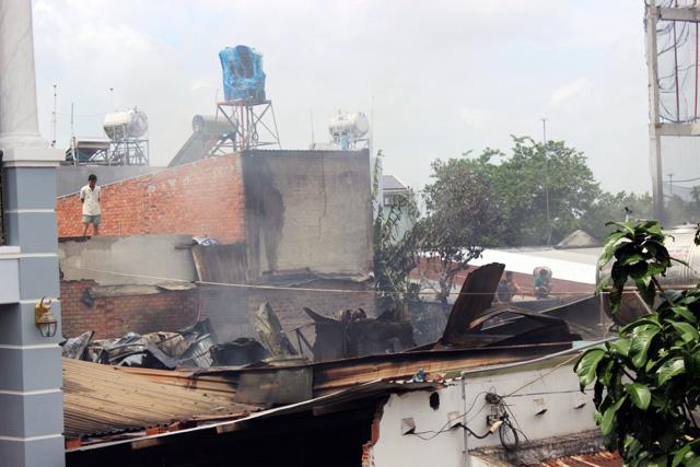 TP.HCM: Cháy lớn, thiêu rụi công ty may - 7