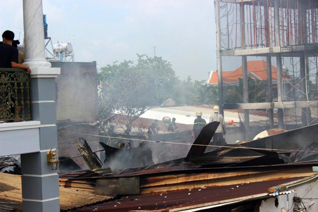 TP.HCM: Cháy lớn, thiêu rụi công ty may - 5