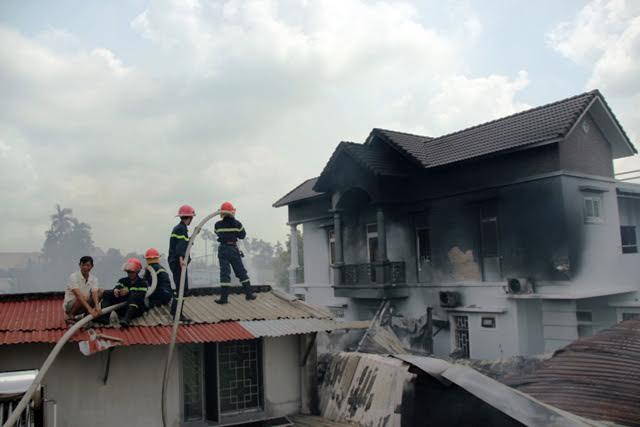 TP.HCM: Cháy lớn, thiêu rụi công ty may - 6