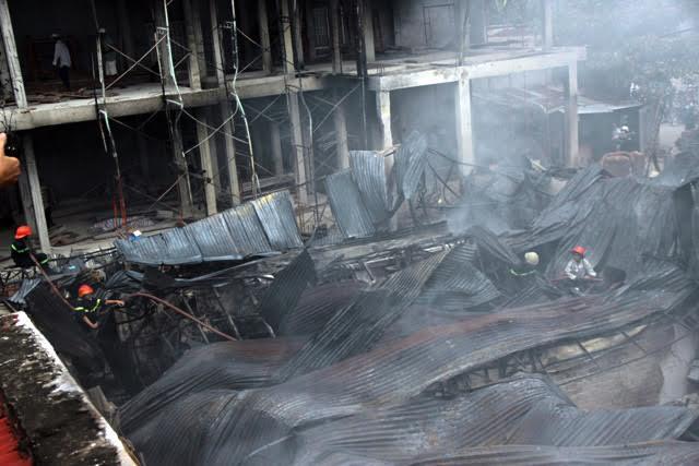 TP.HCM: Cháy lớn, thiêu rụi công ty may - 8
