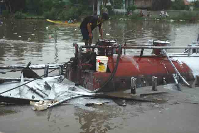 Cà Mau: Ghe chở 20.000 lít dầu phát nổ trên sông - 1