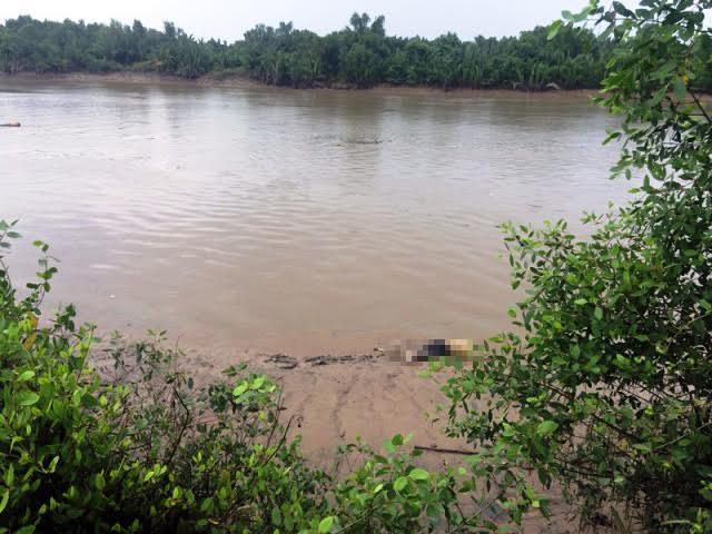 Đang đánh cá, tá hỏa phát hiện thi thể trôi sông - 1