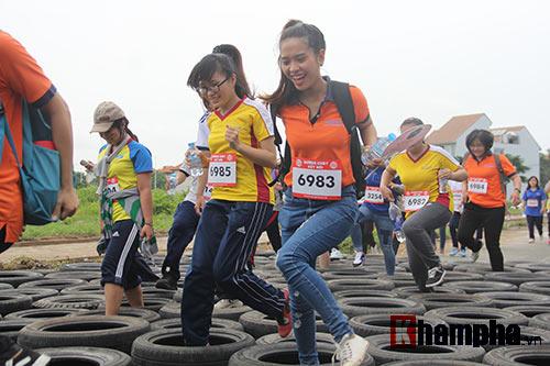 Sinh viên thích thú với đường chạy vượt chướng ngại vật - 4