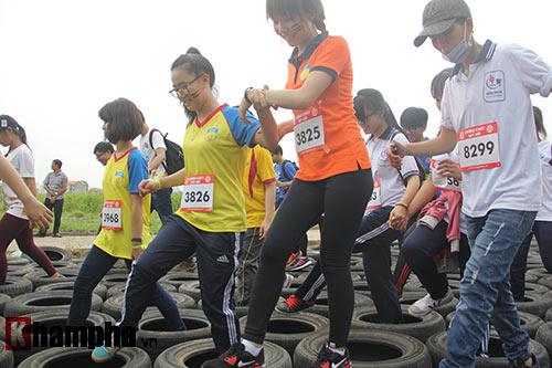 Sinh viên thích thú với đường chạy vượt chướng ngại vật - 6