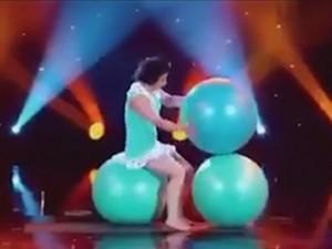 """Video clip: Màn diễn xiếc """"khó tin"""" với bóng"""