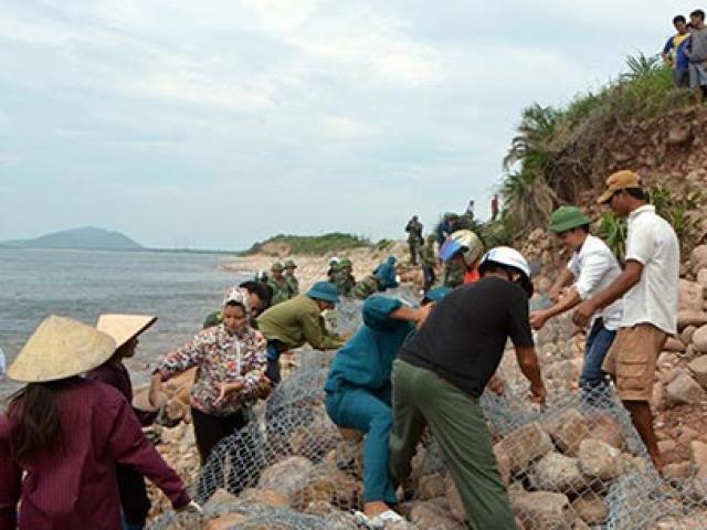 Quảng Ninh: Vá đê bị nước khoét sâu chạy đua bão số 4