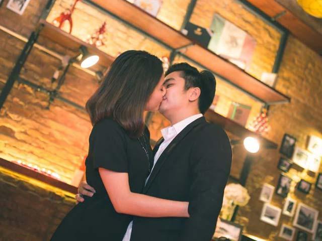 Vân Trang được bạn trai hôn đắm đuối sau màn cầu hôn