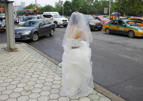 Tắc đường, cô dâu không thể đến dự lễ cưới của mình - 1