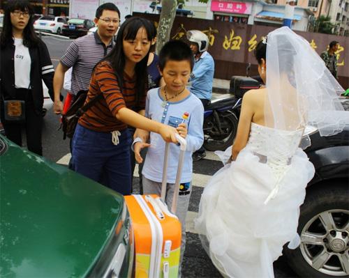 Tắc đường, cô dâu không thể đến dự lễ cưới của mình - 2