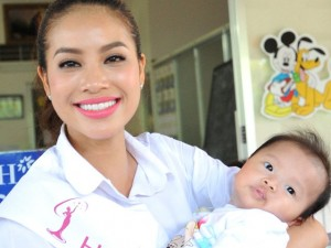 Người mẫu - Hoa hậu - Phạm Hương đi từ thiện sau khi đăng quang
