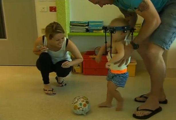 Video: Sức sống thần kỳ của cậu bé được nối lại đầu - 2