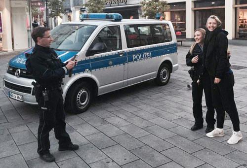 """Tennis 24/7: Cảnh sát """"tóm"""" Sharapova xin... chụp ảnh - 1"""