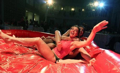 Say đắm cuộc thi nữ võ sĩ mặc bikini đấu vật - 3