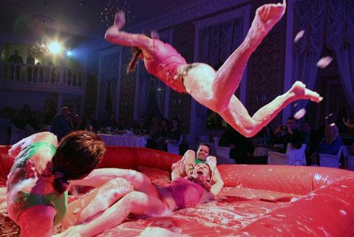 Say đắm cuộc thi nữ võ sĩ mặc bikini đấu vật - 6
