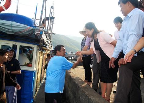 Bốn chuyên gia Nhật cùng ngư dân ra khơi bắt cá ngừ - 1