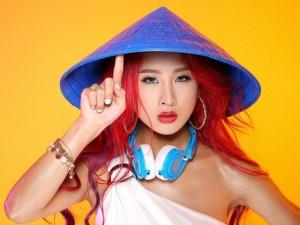 Mặt sau cánh gà - DJ Oxy hóa công chúa tóc đỏ quyến rũ