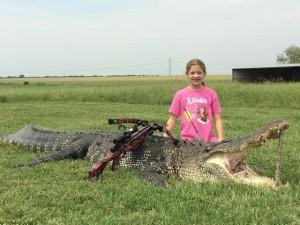 Bé gái 10 tuổi hạ gục cá sấu khổng lồ