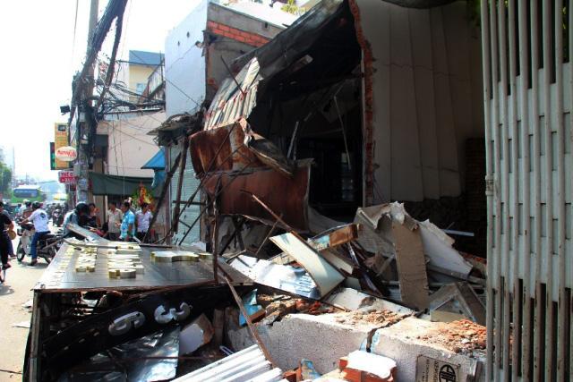TPHCM: Xe chở rác mất lái tông sập 3 nhà dân - 1