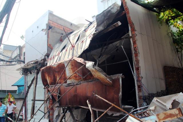 TPHCM: Xe chở rác mất lái tông sập 3 nhà dân - 2