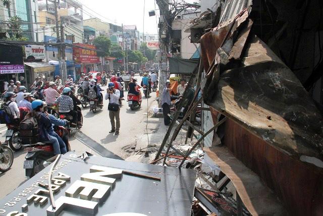TPHCM: Xe chở rác mất lái tông sập 3 nhà dân - 4