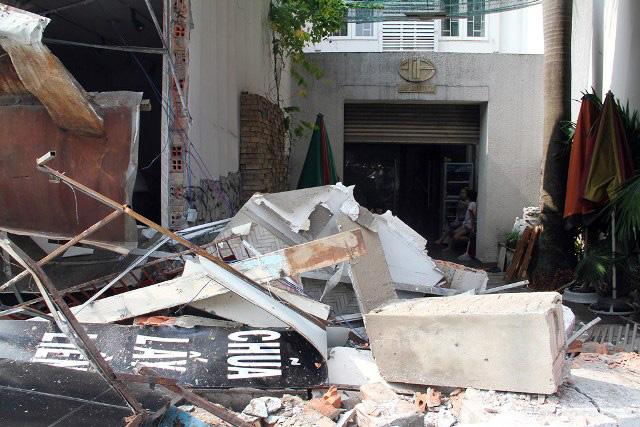 TPHCM: Xe chở rác mất lái tông sập 3 nhà dân - 5