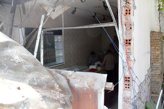 TPHCM: Xe chở rác mất lái tông sập 3 nhà dân - 6