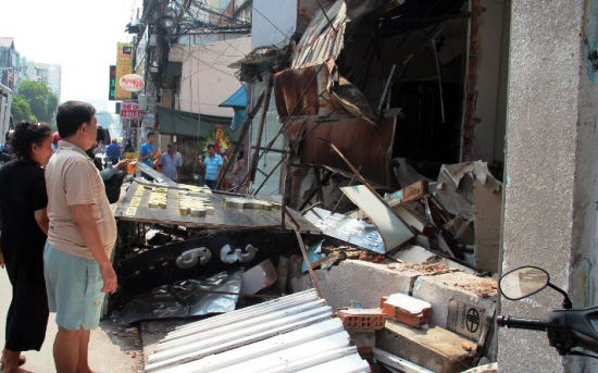 TPHCM: Xe chở rác mất lái tông sập 3 nhà dân - 8