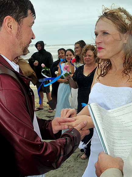 Cặp đôi làm đám cưới giữa cơn bão Joaquin - 2