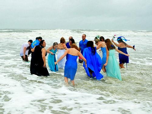 Cặp đôi làm đám cưới giữa cơn bão Joaquin - 3