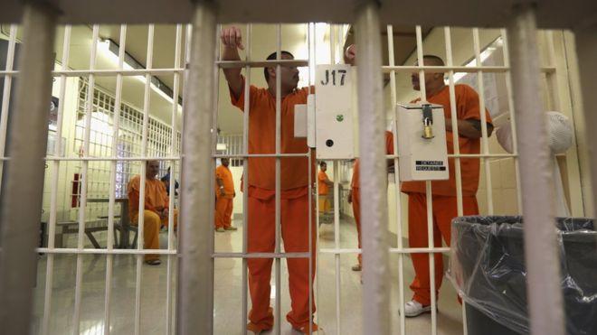 Nhà tù hết chỗ, Mỹ phóng thích 6.000 tù nhân - 2