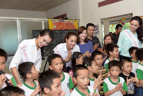 Hoa hậu Phạm Hương giản dị đi làm từ thiện - 1