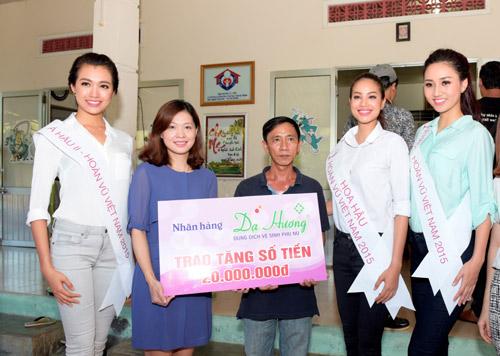 Hoa hậu Phạm Hương giản dị đi làm từ thiện - 2