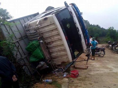 Lật xe tải, dân trắng đêm giúp tài xế vây bắt lợn - 2