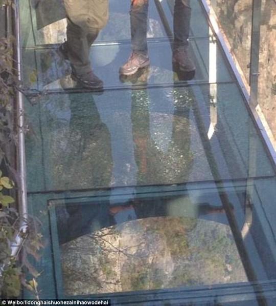 TQ: Cầu kính cao hơn 1 km bị nứt, du khách điếng hồn - 1