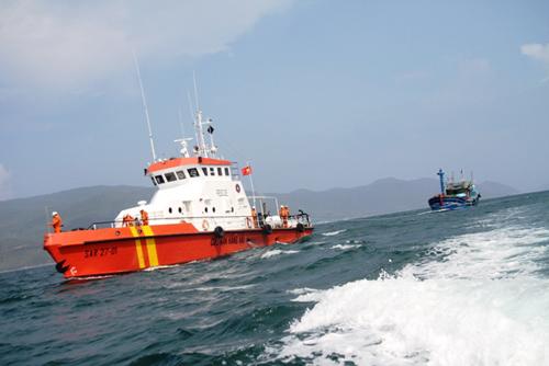 """Tàu cá gãy trục, 12 thuyền viên trôi """"tự do"""" trên biển - 1"""