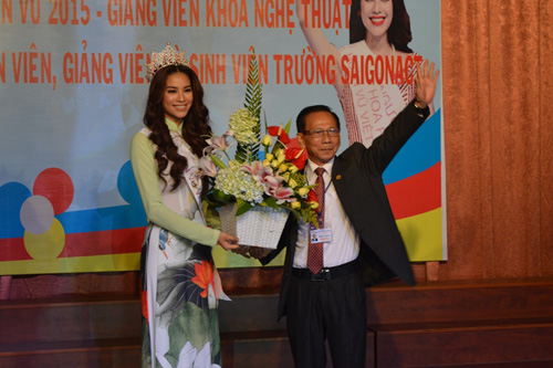 Tân Hoa hậu Hoàn vũ Phạm Hương giao lưu cùng sinh viên - 5