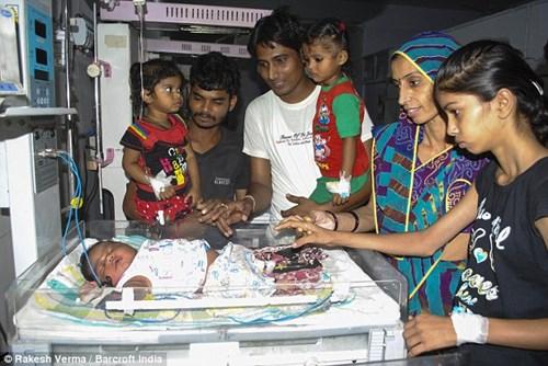 Ấn Độ: Bé sơ sinh nặng gần 6kg - 5
