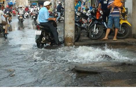 TP.HCM: Nước máy phun ngập đường phố - 1