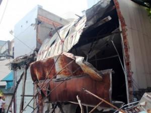 Tin tức Việt Nam - TPHCM: Xe chở rác mất lái tông sập 3 nhà dân