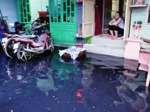 Tin tức trong ngày - Mưa gần nửa giờ, người Sài Gòn khổ sở dọn bùn đen