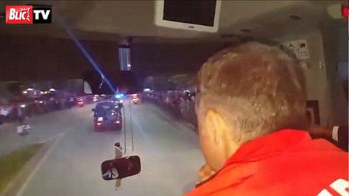 SỐC: Đang đi, xe bus của ĐT Serbia bị ném đá - 1