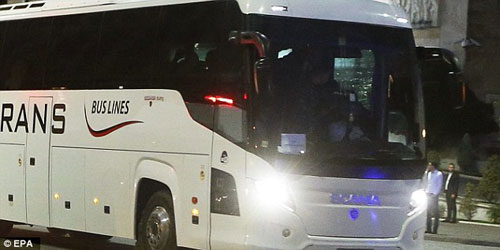 SỐC: Đang đi, xe bus của ĐT Serbia bị ném đá - 3