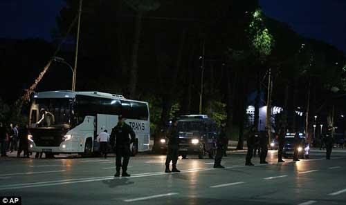 SỐC: Đang đi, xe bus của ĐT Serbia bị ném đá - 4