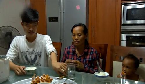 Xót xa bữa cơm hiếm hoi của hai mẹ con đồng nát - 4
