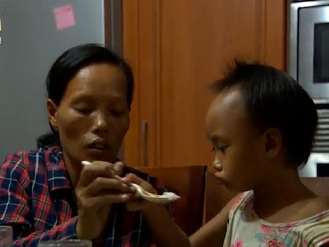 Xót xa bữa cơm hiếm hoi của hai mẹ con đồng nát - 6