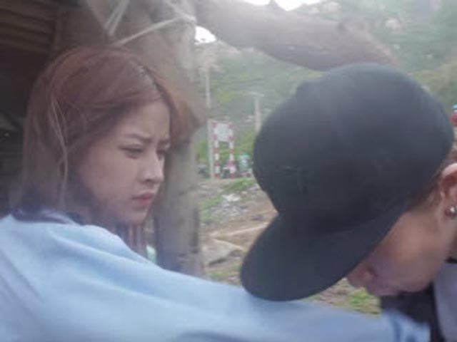 """Video: Chi Pu bị Gil Lê """"cưỡng hôn"""""""
