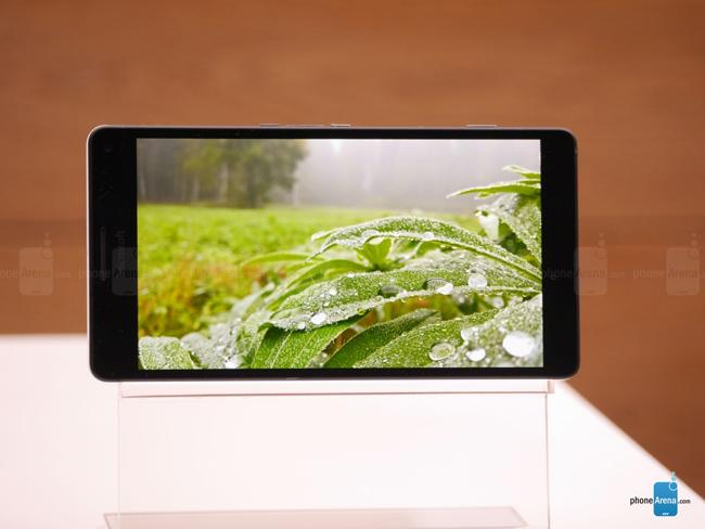Cùng với sự xuất hiện của Lumia 950, hãng Microsoft cũng đã chính thức trình làng mẫu smartphone cao cấp có tên gọi Lumia 950 XL tại một sự kiện vừa diễn ra ở New York.