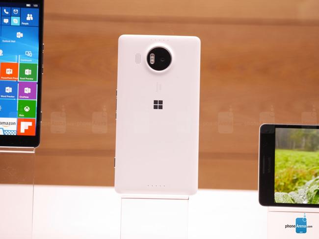 """Lumia 950 XL được trang bị camera chính 20MP có kích thước 1/2.4 """"  với đèn Triple LED RGB cho màu sắc tự nhiên hơn so với True Tone hiện tại."""