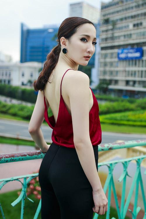 Hot girl Thảo Goby khoe lưng trần nõn nà - 1