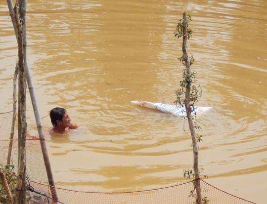 Đem hài cốt vợ thả sông rồi lặn liên tục 3 ngày tìm lại - 1